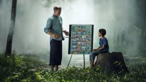Картинки Азиаты Мужчины Пень Трава Вдвоем Сидит Дети
