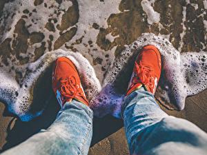 Картинки Вода Волны Ног Кроссовки Джинсов Пене