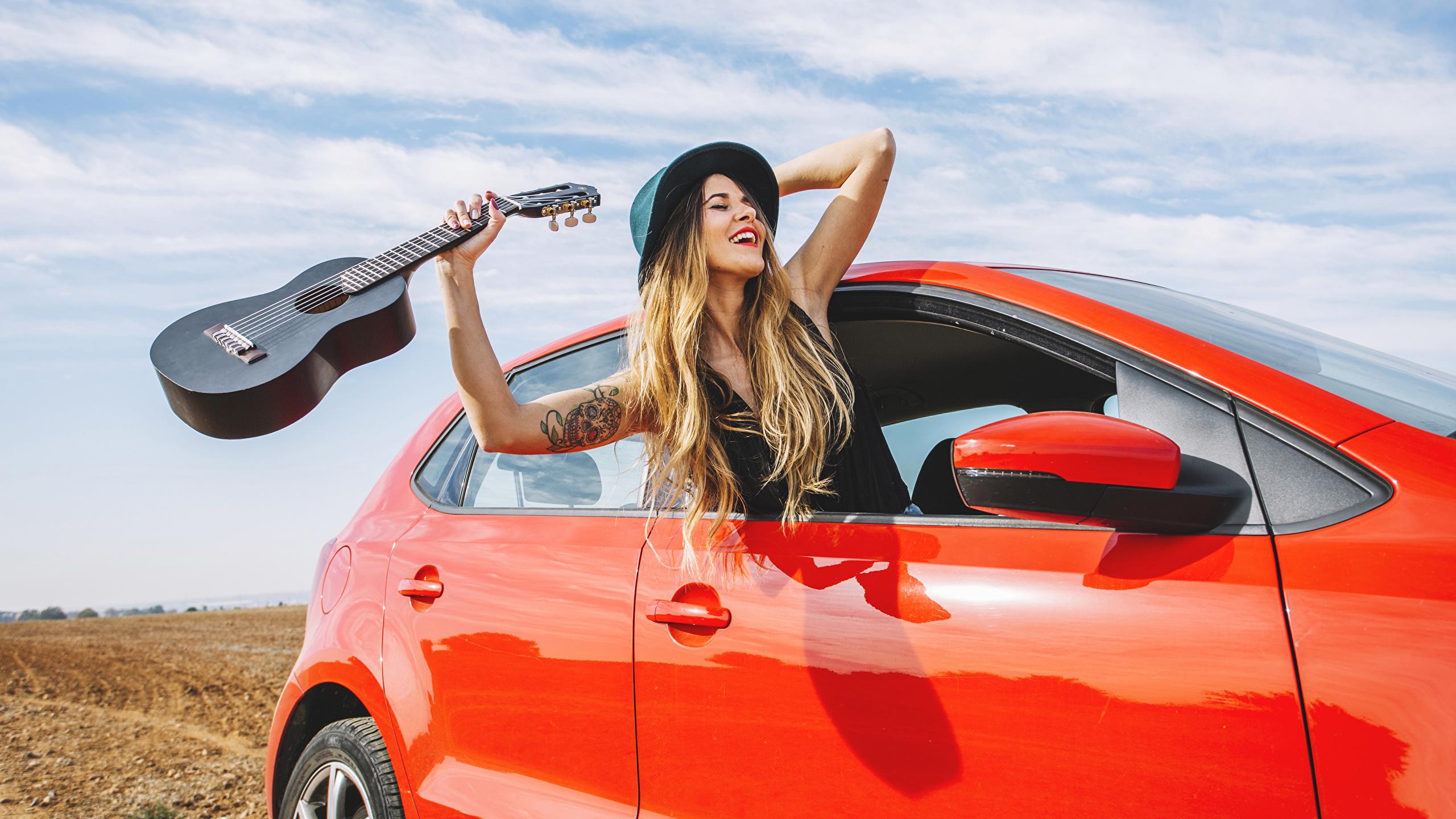 Фотографии Блондинка Гитара счастье шляпе Девушки рука 2560x1440 блондинок блондинки гитары с гитарой Радость счастливые Шляпа шляпы Руки