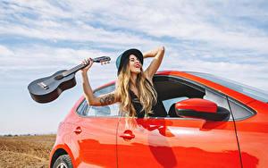 Фотографии Блондинка Гитара Шляпа Счастье Руки Девушки