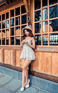 Фото Азиаты Позирует Платья Шляпа Взгляд молодые женщины