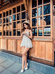 Фото Азиаты Позирует Платья Шляпа Взгляд