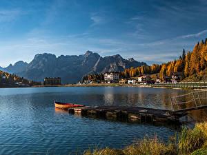 Обои для рабочего стола Италия Озеро Пирсы Дома Гора Лодки Осень Lake Misurina, Veneto Природа