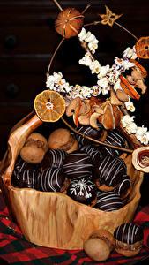 Фото Сладости Пирожное Шоколад Черный фон Корзина Продукты питания