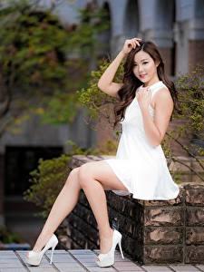 Картинки Азиатка Кусты Шатенки Улыбается Платье Руки Ноги Туфли Сидящие Красивые девушка