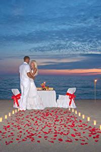 Картинки Вечер Мужчины Влюбленные пары 2 Блондинки Обнимает Пляжи Девушки