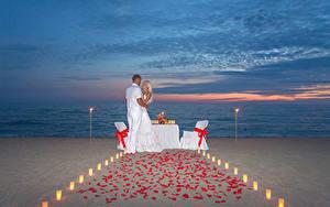 Картинки Вечер Мужчины Любовники 2 Блондинка Объятие Пляж