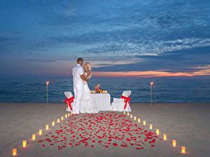 Картинки Вечер Мужчины Любовники 2 Блондинка Объятие Пляж Девушки