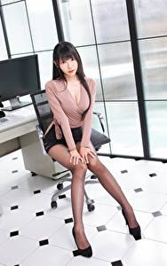 Обои Азиаты Сидит Ноги Юбка Блузка Взгляд Красивые Брюнеток молодые женщины