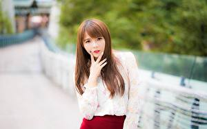 Фотографии Пальцы Азиатки Размытый фон Шатенка Смотрят Рука молодые женщины