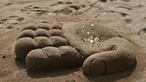 Фотография Пальцы Монеты Деньги Песок Руки