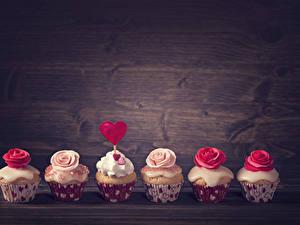 Фотография День всех влюблённых Сладкая еда Пирожное Розы Капкейк кекс Доски Сердце Пища