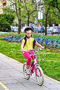 Картинки Девочки Двое Велосипеды Движение Шлем Дети