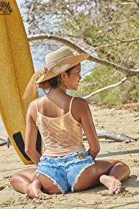 Картинки Пляже Ветки Песка Сидящие Сзади Спина Шорт Ног Ягодицы девушка
