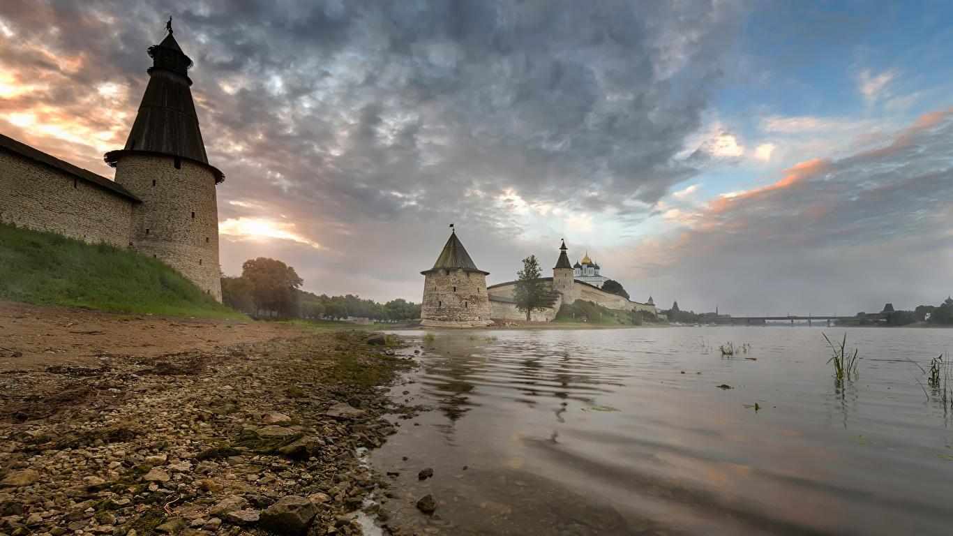 Обои Россия Крепость башни Pskov, Pskov Kremlin, Trinity cathedral, Pskov region речка Камень Побережье Города 1366x768 Башня Реки берег Камни город