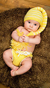 Картинка Младенца Шапки Смотрят Руки