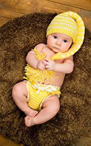 Картинка Грудной ребёнок Шапки Смотрит Руки