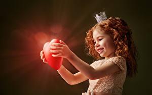 Картинка День святого Валентина Корона Девочка Рыжие Серце Платье Улыбается Лучи света ребёнок