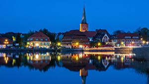 Картинка Германия Дома Реки Причалы Вечер Уличные фонари Holstein город