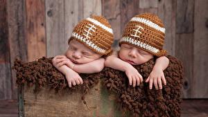 Фотография Младенцы 2 Шапки Спит Руки Дети