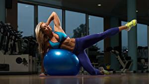 Картинки Фитнес Блондинка Мяч Униформа Ноги Кроссовки Спорт Девушки