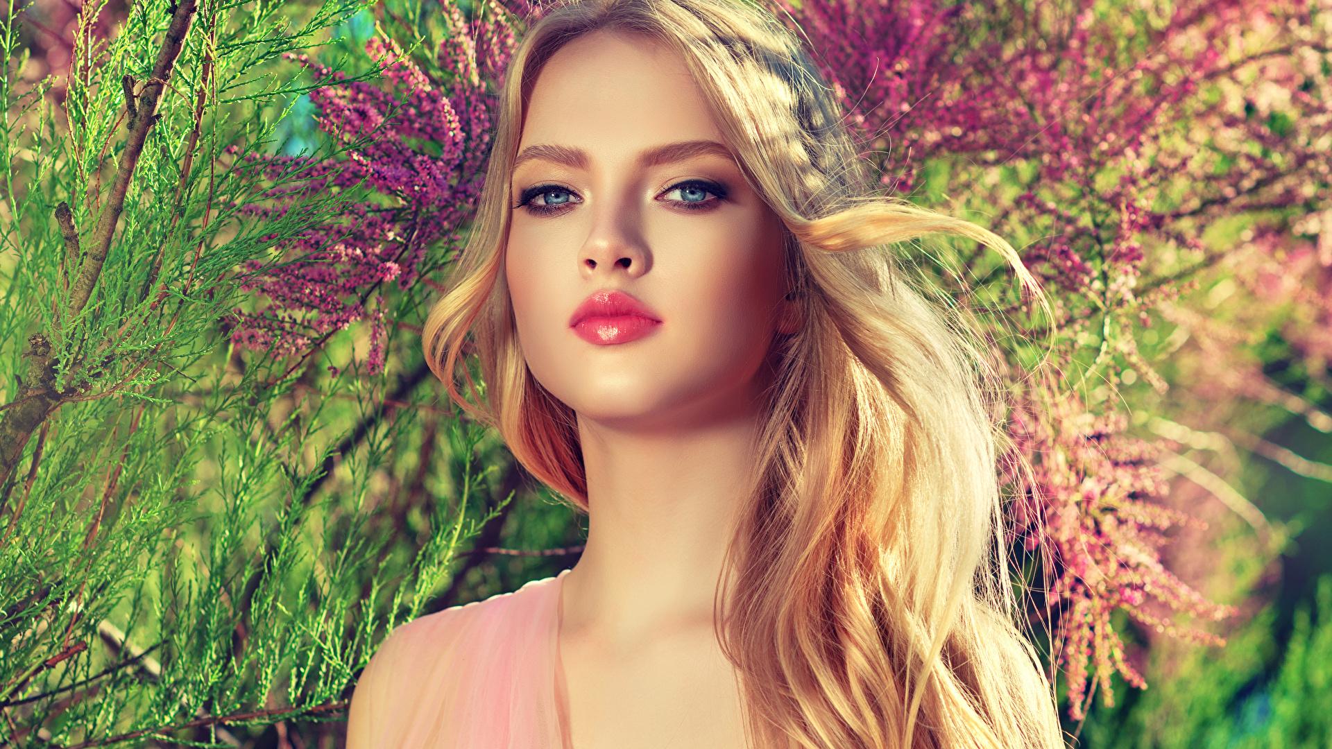 Обои для рабочего стола блондинки косметика на лице Красивые лица Девушки смотрят 1920x1080 блондинок Блондинка Макияж мейкап красивый красивая Лицо девушка молодые женщины молодая женщина Взгляд смотрит
