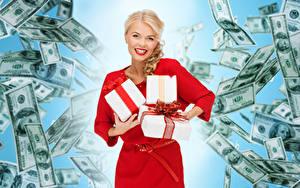 Фотография Банкноты Доллары Блондинка Улыбка Подарки Смотрит Платье Девушки