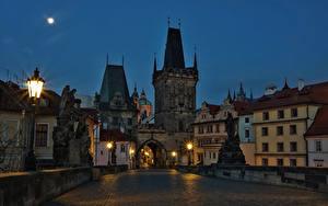 Картинка Чехия Прага Дома Мосты Скульптуры Ночью Уличные фонари город