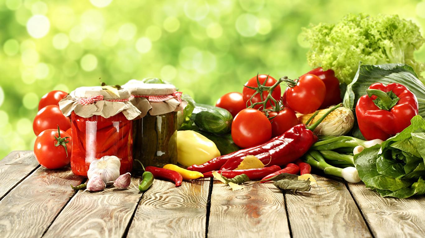 Обои для рабочего стола Томаты Острый перец чили Банка Чеснок Еда Перец Овощи Доски 1366x768 Помидоры банки банке Пища перец овощной Продукты питания