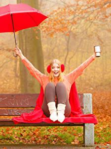 Картинка Осень Блондинка Наушники Зонт Свитер Сидящие Улыбка Скамейка Девушки