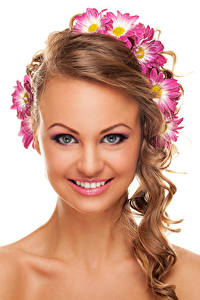 Картинка Хризантемы Белом фоне Шатенка Лица Улыбка Макияж Красивые молодые женщины