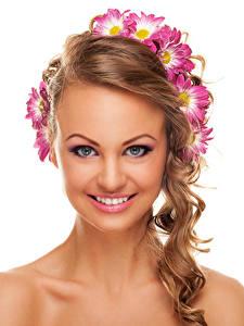 Картинка Хризантемы Белый фон Шатенка Лицо Улыбка Макияж Красивые Девушки