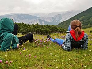 Обои для рабочего стола Гора Австрия Альп Траве Двое Рыжие Отдых Куртка Капюшоне Природа