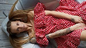 Обои Позирует Модель Рука Волосы Прически Лежит Платья Veronika Wonka Девушки