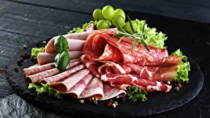 Картинки Колбаса Ветчина Серый фон Нарезанные продукты Пища