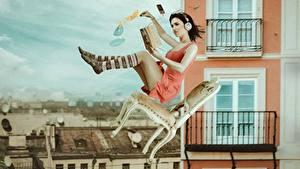 Обои Гольфы В наушниках Стулья Летит Падает Книга Ноги молодые женщины