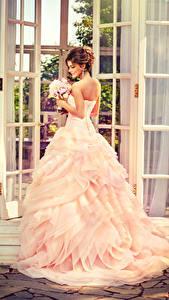Фотографии Букеты Шатенка Невесты Платья молодые женщины