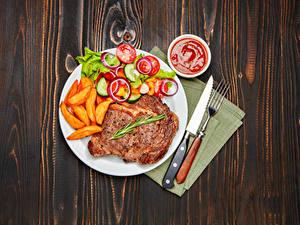 Фото Вторые блюда Мясные продукты Картофель фри Овощи Нож Доски Тарелка Кетчуп Вилка столовая Пища
