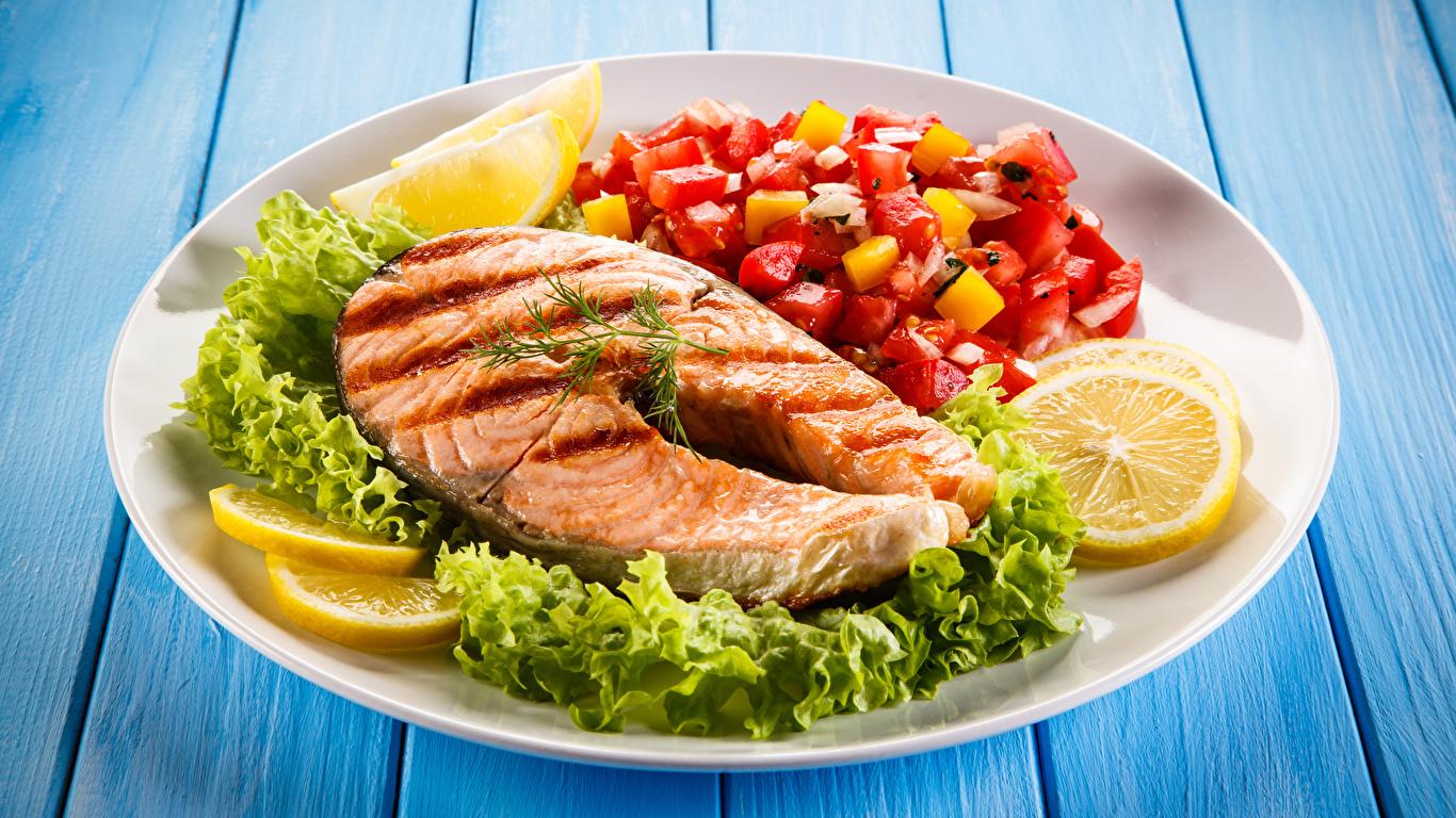 Картинка Еда Рыба Лимоны Овощи Доски тарелке Лососи 1366x768 Пища Продукты питания Тарелка