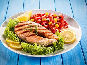 Картинка Рыба Овощи Лимоны Лососи Доски Тарелка Продукты питания