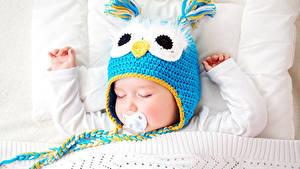 Картинка Младенцы Шапки Рука Спящий ребёнок