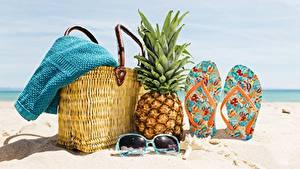 Фото Ананасы Сумка Шлепки Очки Пляже Песке