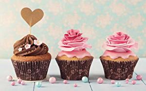 Фотографии День всех влюблённых Сладости Розы Капкейк кекс Трое 3 Сердечко Дизайн
