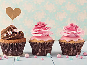 Фотографии День всех влюблённых Сладости Роза Капкейк кекс Трое 3 Сердечко Дизайн