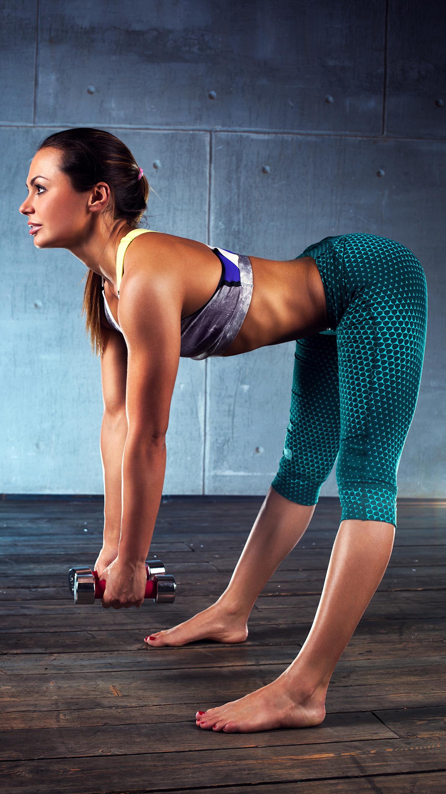 Фотографии Шатенка Физические упражнения Красивые Фитнес Спорт Девушки Гантели ног 1440x2560 Тренировка гантель гантеля Ноги