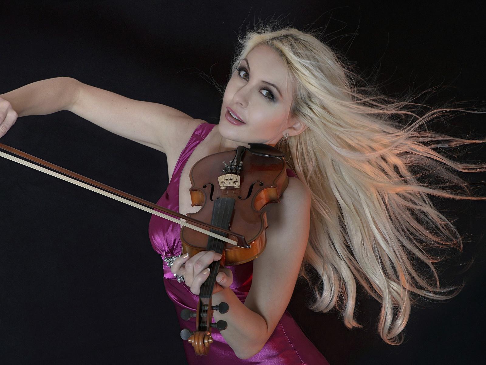 Обои Скрипки блондинок молодые женщины Черный фон 1600x1200 Блондинка блондинки девушка Девушки молодая женщина на черном фоне