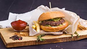 Фотографии Гамбургер Разделочной доске Кетчуп