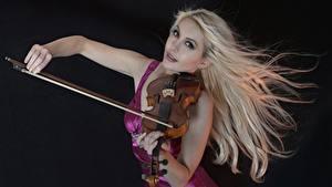 Обои Скрипка Блондинка Черный фон молодая женщина
