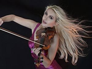Обои Скрипки Блондинка Черный фон Девушки