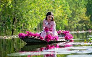 Обои Азиатки Лодки Водяные лилии Сидящие Улыбается Работает девушка